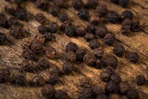 pepe nero sul tavolo di legno foto