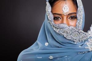 donna indiana in sari con la faccia coperta foto