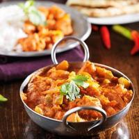 Curry indiano di vindaloo del pollo nel piatto di balti foto