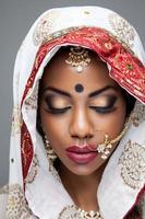 esotica sposa indiana vestita per il matrimonio foto
