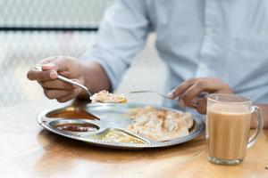 uomo che mangia il pasto indiano foto