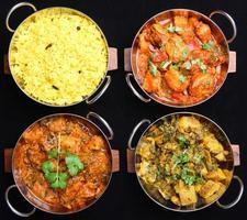 selezione di cibi al curry indiano foto
