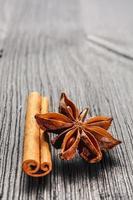 cannella e anice sullo sfondo in legno