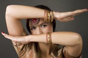 Ritratto di bruna con costume tradizionale foto