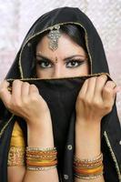 bella ragazza asiatica del brunette con il velo nero sul fronte