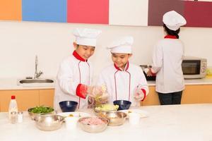 cucinare in cucina foto