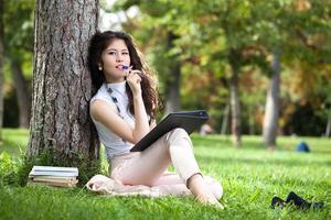 giovane donna che scrive foto