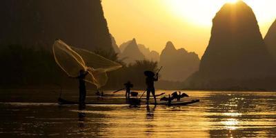 concetto tradizionale del pescatore di pesca della porcellana