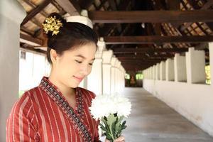giovane signora thailandese presso l'antico tempio di Lanna