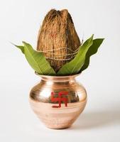 oggetto puja indù in rame kalash / vaso e noce di cocco e foglia di mango foto