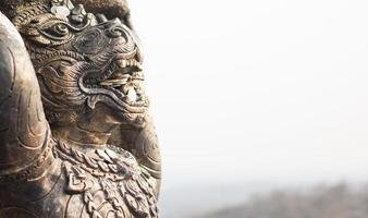 statue hanuman che decorano il tempio (wat phra that doi kham) foto