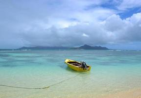 barca gialla sulla spiaggia di la digue