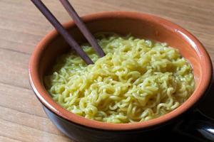 minestra di pasta cinese in una ciotola di ceramica foto
