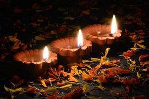 lampade di argilla diya accese durante la celebrazione di diwali. biglietto di auguri.