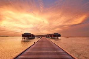tramonto sulla spiaggia delle Maldive foto
