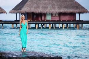 donna sulla spiaggia tropicale foto
