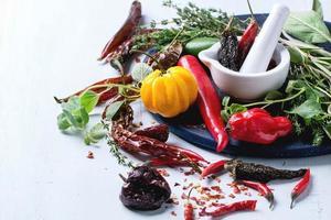 assortimento di peperoncini ed erbe aromatiche foto