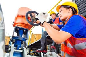 tecnici che lavorano sulla valvola in fabbrica o in servizio foto