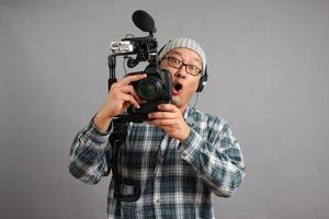 uomo con fotocamera reflex hd e apparecchiature audio foto