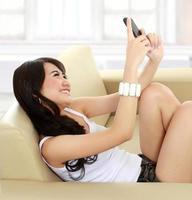 ragazza giovane bellezza con handphone foto