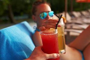 bicchieri tintinnanti di coppia con cocktail foto