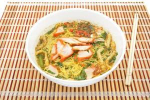 zuppa di pasta all'uovo con arrosto di maiale rosso foto