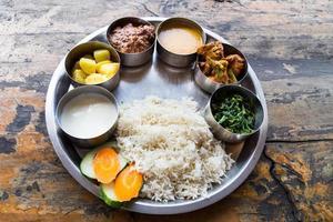 Set di piatti nepalesi thali con curry di montone foto