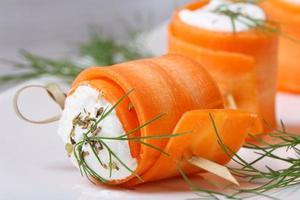 rotoli gastronomici di giovani carote con macro di crema di formaggio foto