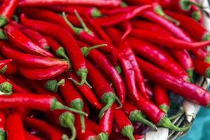 peperone rosso sul tavolo foto