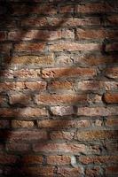 muro di mattoni grezzi foto