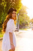 donna vestita casual che cammina in un parco foto