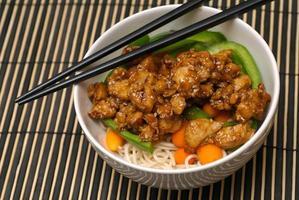 ciotola di noodle in stile orientale