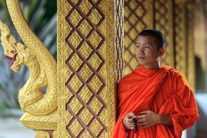 ritratto di un giovane monaco buddista, laos foto