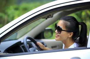 autista donna felice alla guida della sua auto