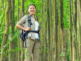 escursionista donna nella foresta
