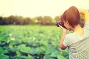 giovane donna che cattura foto con il telefono astuto