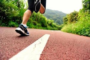 gambe dell'atleta corridore foto