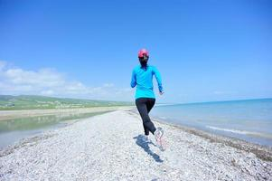 atleta corridore in esecuzione sul mare foto