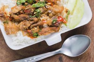 salsa di basilico di maiale fritto tailandese foto