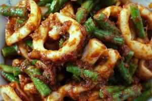 mescolare i calamari fritti con pasta di peperoncino arrostita