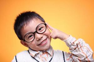 un primo piano ragazzo asiatico foto
