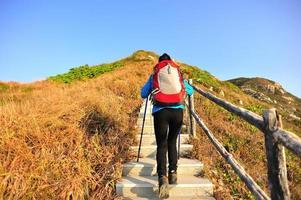 donna che fa un'escursione sulle scale della montagna foto