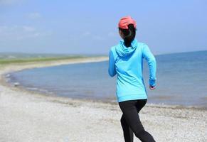 atleta corridore in esecuzione sul mare