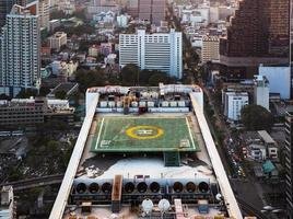eliporto (pista di atterraggio per elicotteri) sul tetto dell'edificio. foto