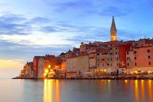rovigno con illuminazione notturna, croazia foto