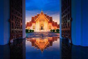 il tempio di marmo con la riflessione a Bangkok, in Thailandia foto