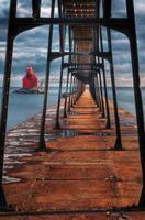 faro e passerella del canale della nave della baia dello storione foto