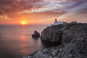 faro sao vicente durante il tramonto, sagres portogallo foto