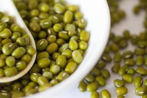 fagioli verdi secchi su bianco