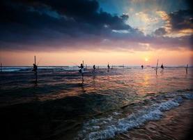 pescatori su palafitte tradizionali al tramonto nea